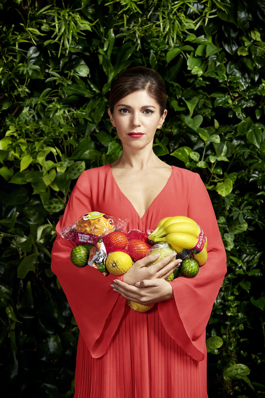 Swaantje Güntzel, Anna, carrying plastic wrapped fruits, Fotografie